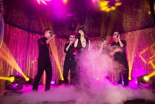 Ngọc Anh rạng rỡ trong bộ đầm khoe ngực cùng nhóm O Plus hóa trang quái dị xuất hiện trên sân khấu.