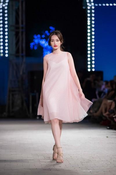 Với váy xuông, hoa hậu thời trang không giảm đi vẻ cuốn hút của mình