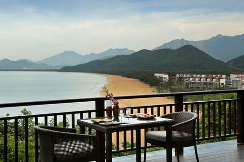 Nhà hàng ở Bayan Tree Lăng Cô vó view hướng ra biển thơ mộng. Ảnh: laguna.