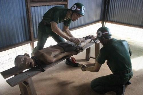 Cảnh thiêu sống tù binh ở nhà tù Phú Quốc. Ảnh minh họa