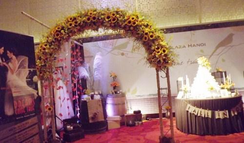 Cổng hoa cũng được bố trí trang hoàng khéo léo mang đậm phong cách vintage tạo sự gần gũi cho các cặp đôi.
