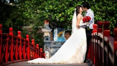 Sắc nước hương trời trên cầu Thê Húc trở thành địa điểm lý tưởng cho các cặp đôi si tình. Ảnh minh họa