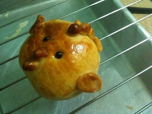 Bánh trung thu handmade có thể đi kèm các phụ kiện khác để thêm ngộ nghĩnh
