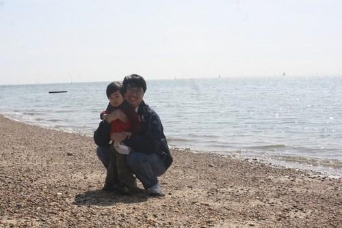 Bố mẹ cần theo dõi bé phóng trường hợp bé đi xuống sát biển, hồ. Ảnh minh họa
