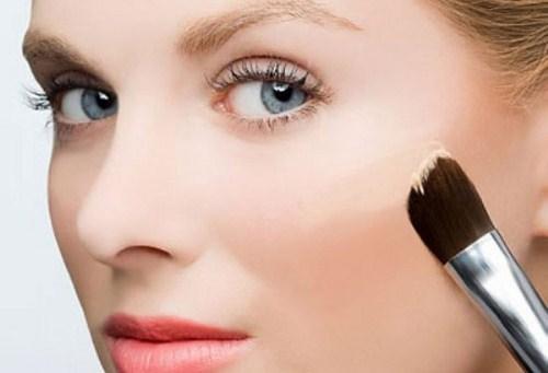 Thoa một lớp mỏng kem che khuyết điểm sẽ khiến khuôn mặt cô dâu rạng ngời mà vẫn giữ được vẻ đẹp tự nhiên. Ảnh minh họa