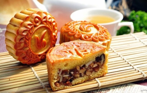 Bánh trung thu hấp dẫn về hình thức nhưng chứa khá nhiều chất ngọt và chất béo ảnh hưởng đến cơ thể. Ảnh minh họa