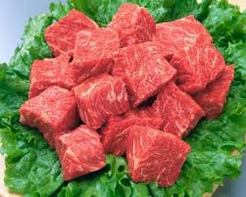 Thịt bò kết hợp với rượu dễ dẫn đến triệu chứng táo bón, ù tai