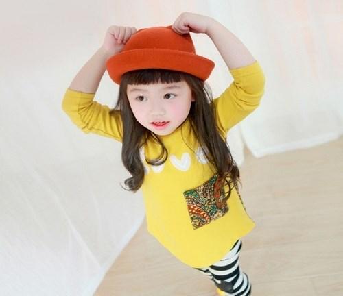 Nên mặc cho trẻ những bộ trang phục thuận lợi cho việc di chuyển. Ảnh minh họa