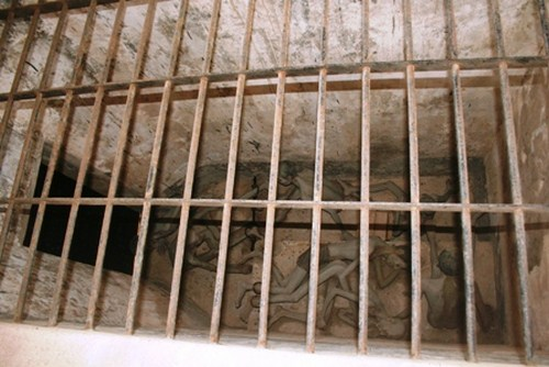 Tù nhân nam bị nhốt trong chuồng cọp ở nhà tù Côn Đảo. Ảnh minh họa