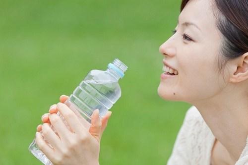 Uống nhiều nước sẽ giúp cho ngực có được sự đàn hồi. Ảnh minh họa
