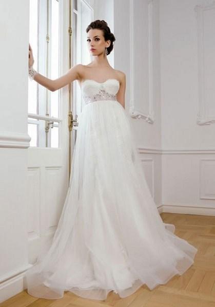 Váy cưới suông từ phần chân ngực sẽ giúp cô dâu che được bụng bầu. Ảnh minh họa