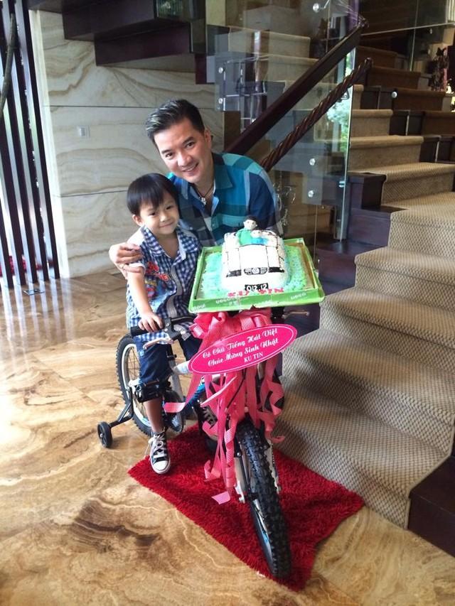Đàm Vĩnh Hưng và con trai trong ngày sinh nhật của cậu bé.