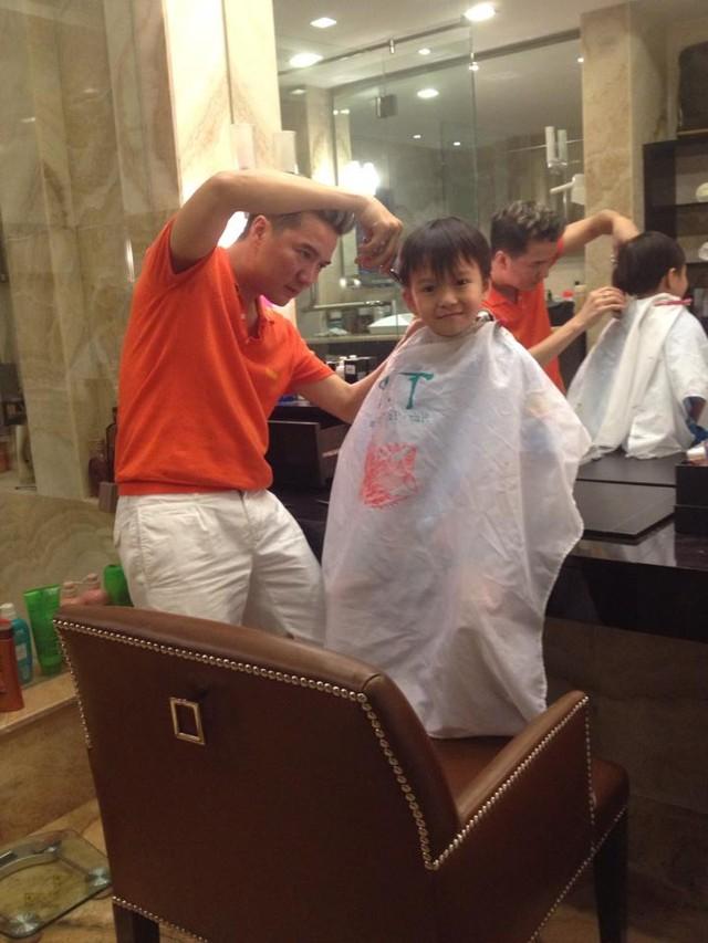Đàm Vĩnh Hưng tự tay cắt tóc cho con trai.