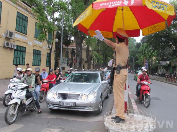 Các đồng chí nữ cảnh sát tích cực làm việc để mở rộng nút giao thông trọng điểm.