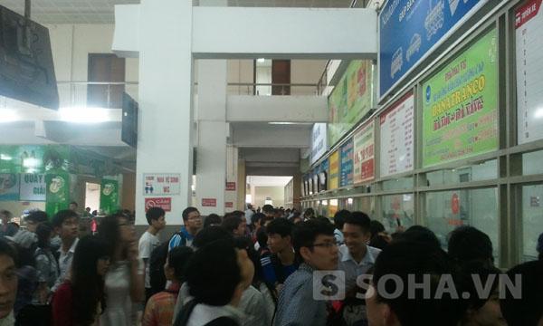 Hành khách về quê đông đúc tại các điểm nhà ga, bến xe.