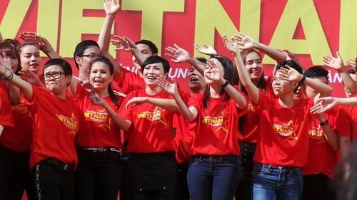 Bài hát Những trái tim Việt Nam được sáng tác bởi nhạc sĩ Phương Uyên.
