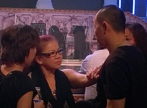 Mẹ Kasim la hét tên Nathan Lee trong hậu trường cuộc thi Chinh phục đỉnh cao tối 16/3.