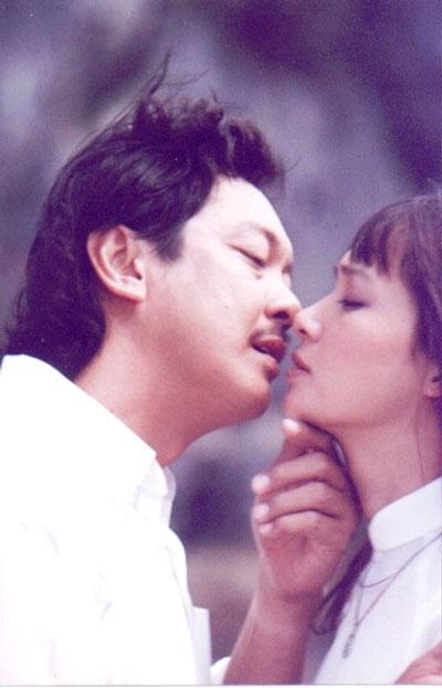 Cảnh tình tứ giữa Chánh Tín và Lê Khanh trong phim
