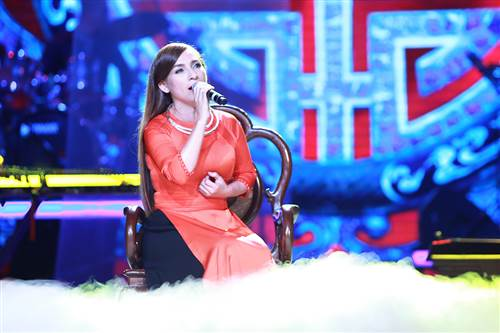 Phi Nhung hát tự sự và cứ tự nhiên gài gắm cảm xúc của cô vào tác phẩm tạo nên một không khí riêng