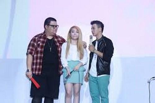 Cặp đôi Hoài Lâm - Mi A mặc đồ đôi trong buổi gặp mặt fan hâm mộ.