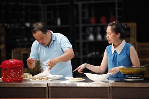 Chung Chí Công và vợ ở tập thi đầu tiên Vua đầu bếp