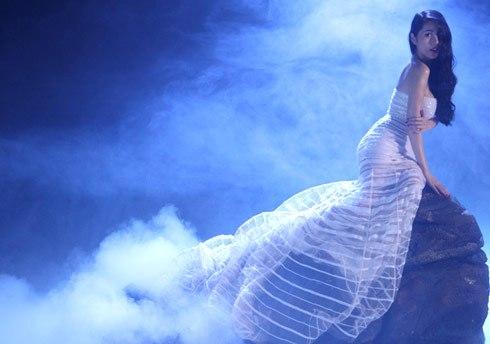 """Một năm trước đó, tái xuất sau khi nghỉ sinh bé Gạo, Thủy Tiên cũng từng hóa thân thành nàng tiên cá trong Single mang tên """"Kiss me"""""""