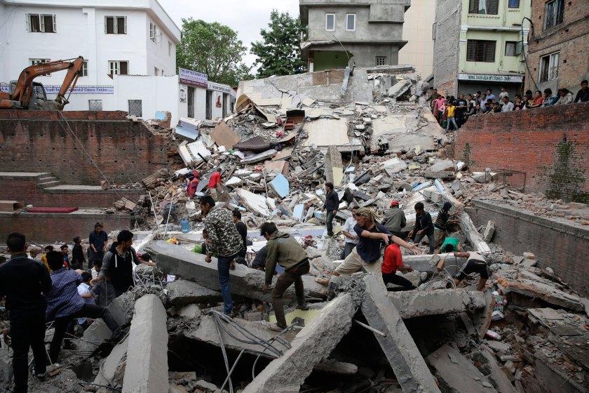 Chính phủ Nepal đã ban bố tình trạng khẩn cấp tại các khu vực bị ảnh hưởng. Toàn bộ binh lính quân đội và cảnh sát đã được huy động để tham gia công tác cứu hộ.