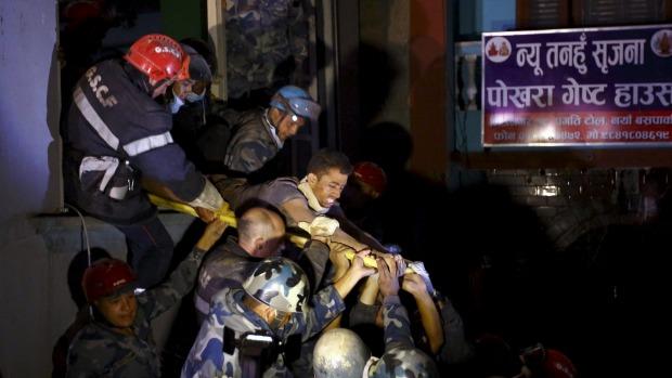 Để sống sót sau vụ động đất ở Nepal, anh Rishi Khanal đã phải uống nước tiểu của chính mình