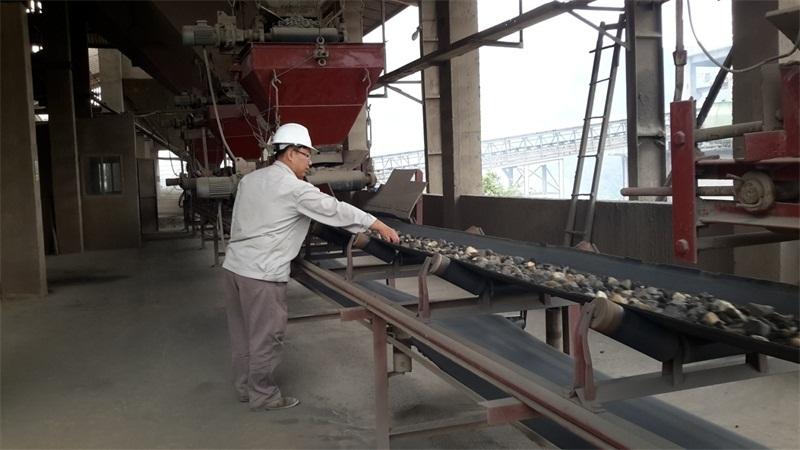 Cán bộ Kỹ thuật của Công ty TNHH Đông Nam Á Lào Cai kiểm tra chất lượng nguyên liệu trước khi vào lò