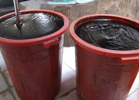 Một lượng lớn nước tương bẩn đựng trong thùng nhựa dơ bẩn, không che đậy