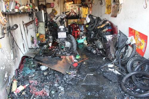 Hiện trường vụ đốt rác cháy xe, thiêu rụi dãy cửa hàng ở Gò Vấp, TP. HCM