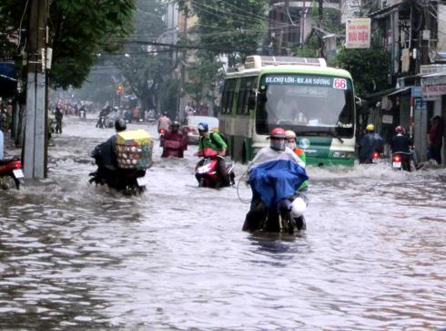 Dự báo thời tiết hôm nay, nguy cơ ngập úng có thể diễn ra tại một số tuyến phố tại TPHCM