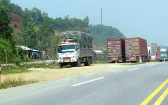 Xe dừng đỗ trái phép trên cao tốc Nội Bài - Lào Cai
