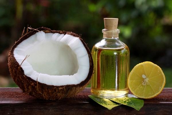 Dưỡng da chân bằng cách massage với dầu dừa mỗi tối