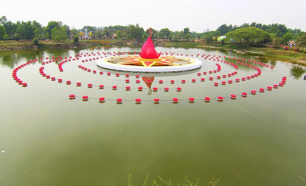 Giữa hồ là những đèn hoa đăng được xếp quanh mô hình bản đồ Việt Nam