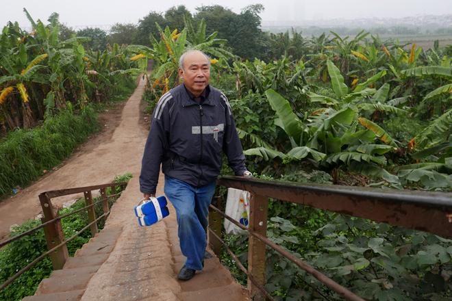 Ngày đầu tiên của nắm mới, ông Nguyễn Tiến An, 68 tuổi, vẫn duy trì thói quen tắm sông ở bãi giữa sông Hồng buổi sáng.