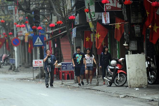 Nhóm người nước ngoài thích thú trước không khí vắng lặng khác lạ trên phố Hàng Điếu.