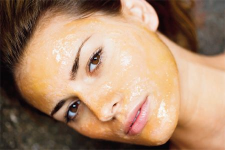 Dưỡng da mùa đông bằng mật ong sẽ hồi phục độ căng bóng của làn da