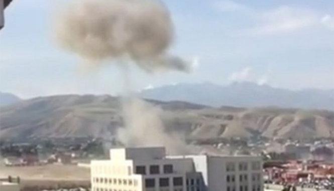 báo Vtc News dẫn tin từ hãng truyền thông Nga cho hay, vụ nổ tại Đại sứ quán Trung Quốc khiến ít nhất 1 người chết và 3 người khác bị thương. Hiện nguyên nhân của vụ đánh bom chưa được công bố, chỉ có các lực lượng chức năng đến làm việc tại hiện trường.