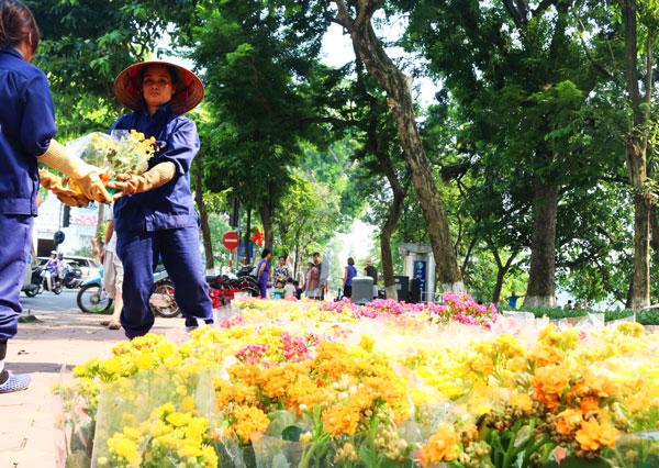 Những công nhân môi trường đang hoàn tất những công tác cuối cùng để trang hoàng rực rỡ cho Hồ Gươm dịp lễ Quốc khánh (2/9). Ảnh: Kinh tế Đô thị