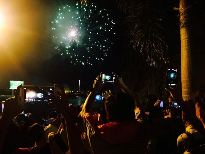 Đúng 21h, người dân TP. HCM vỗ tay hào hứng khi những phát pháo hoa đầu tiên được bắn lên bầu trời thành phố. Ảnh: Zing.vn