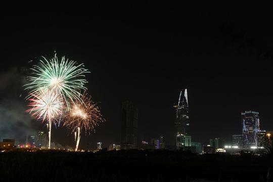 Để kỷ niệm 71 năm ngày Quốc khánh (2/9), TP. Hồ Chí Minh tổ chức 2 điểm bắn pháo hoa. Pháo hoa tầm cao được bắn tại khu vực đầu Đường hầm sông Sài Gòn (hầm Thủ Thiêm, Quận 2). Ảnh: Người Lao động