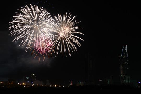 Màn pháo hoa đẹp mắt chào mừng ngày 2/9 khiến người dân Sài Gòn vô cùng thích thú. Ảnh: Người Lao động