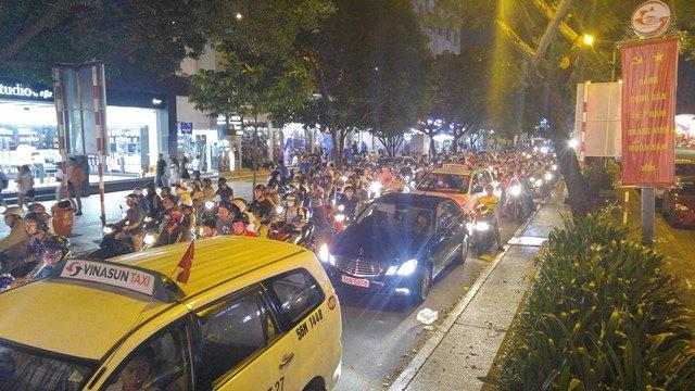 Ngay từ chập tối(2/9), các cửa ngõ dẫn vào khu trung tâm quận 1 (TPHCM) như Cách Mạng Tháng 8, Trần Hưng Đạo, Nam Kỳ Khởi Nghĩa, Nguyễn Tất Thành… đông người gây áp lực giao thông nên xảy ra cảnh ùn ứ. Ảnh: Vietnamnet