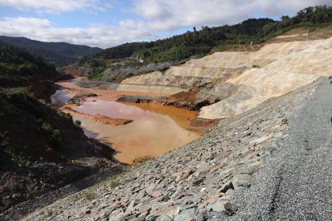 Sau sự cố, phía dưới đập thủy điện Sông Bung 2, nơi đường ống dẫn nước về hạ lưu có tình trạng sạt lở. Ảnh: Vnexpress