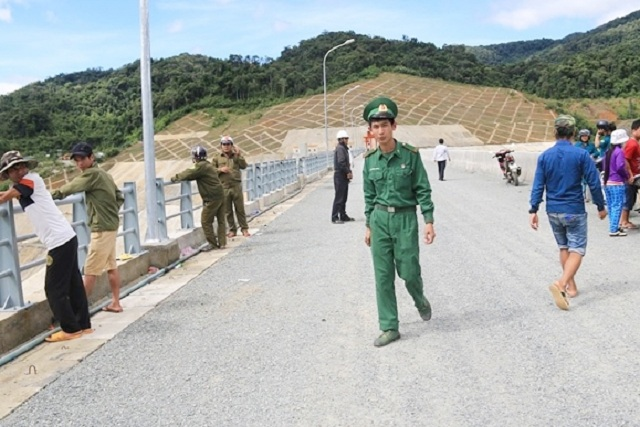 Lực lượng bộ đội dân quân xã cùng người dân vẫn túc trực tại đập thủy điện để tìm kiếm những người mất tích. Ảnh: Tri thức trẻ