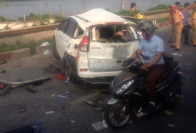 Nguyên nhân vụ tai nạn tàu hỏa ở Thường Tín được xác định là do tài xế ô tô không chú ý khi đi qua đường sắt. Ảnh: Otofun