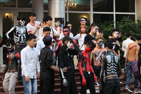 Các chương trình ngoài trời của lễ hội Halloween Học viện báo chi bao gồm: Phiên chợ Twilight quy tụ các gian hàng sinh viên bán các mặt hàng đặc trưng như mặt nạ, mũ phù thuỷ, đồ ăn.