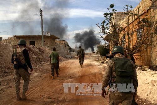 Lực lượng Chính phủ tham gia chiến dịch chống quân nổi dậy ở khu vực chiến lược Bazo, thành phố Aleppo, Syria ngày 25/10. Ảnh: AFP/TTXVN