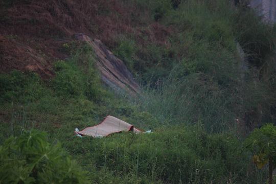 Thi thể nam công nhân bị chết đuối tại Hồ Đá. Ảnh: Người Lao động